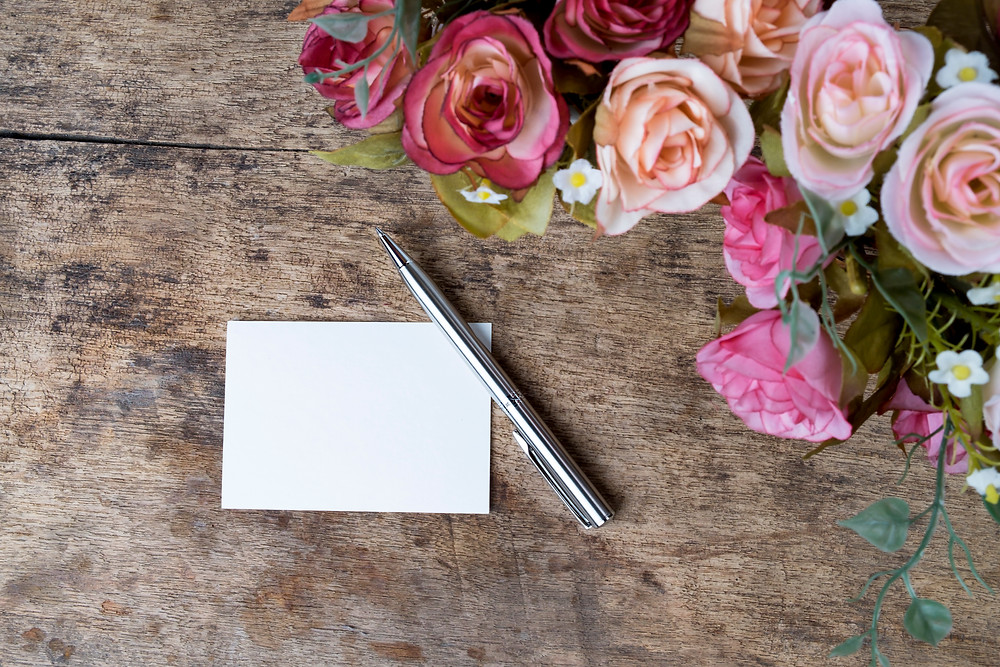 פתק הושבה חד צדדי שאפשר לכתוב עליו את שמות האורחים ולחלק להם