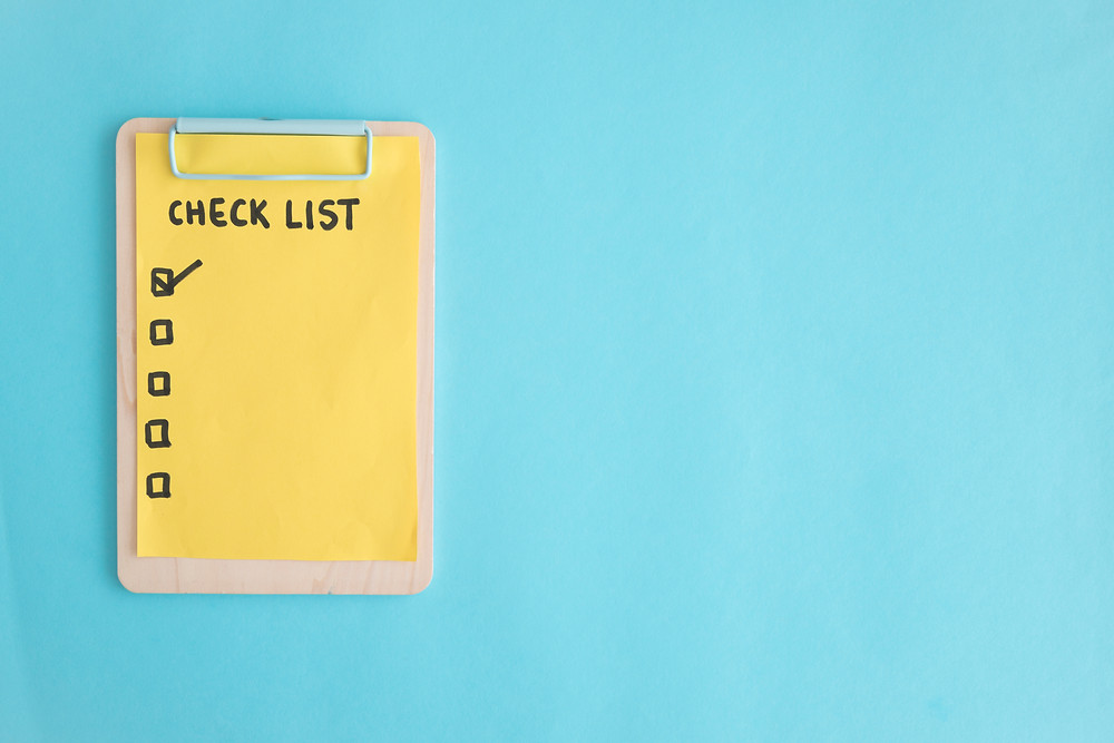 רשימת צ'קליסט צהובה על רקע תכלת