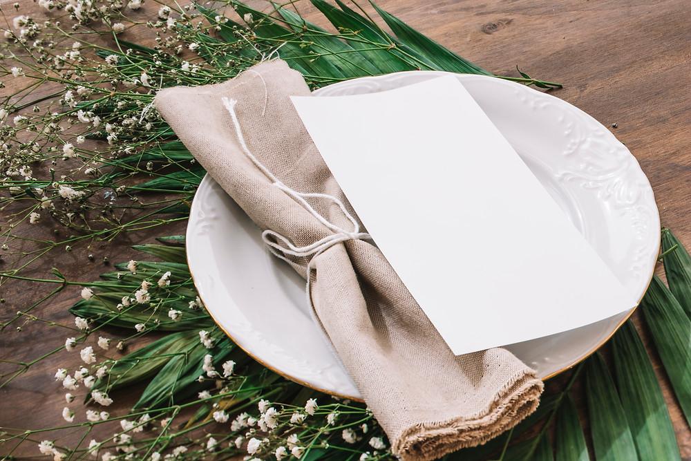 תפריט חתונה אישי לכל סועד שמונח על הצלחת