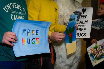 """Image représentants des gens avec des oancartes """"Free Hugs"""""""