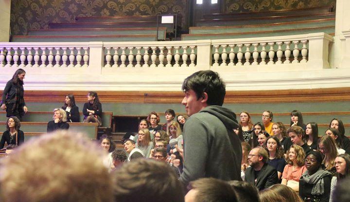 Un élève de TTMC Thomas Caballero pose une question au réalisateur.