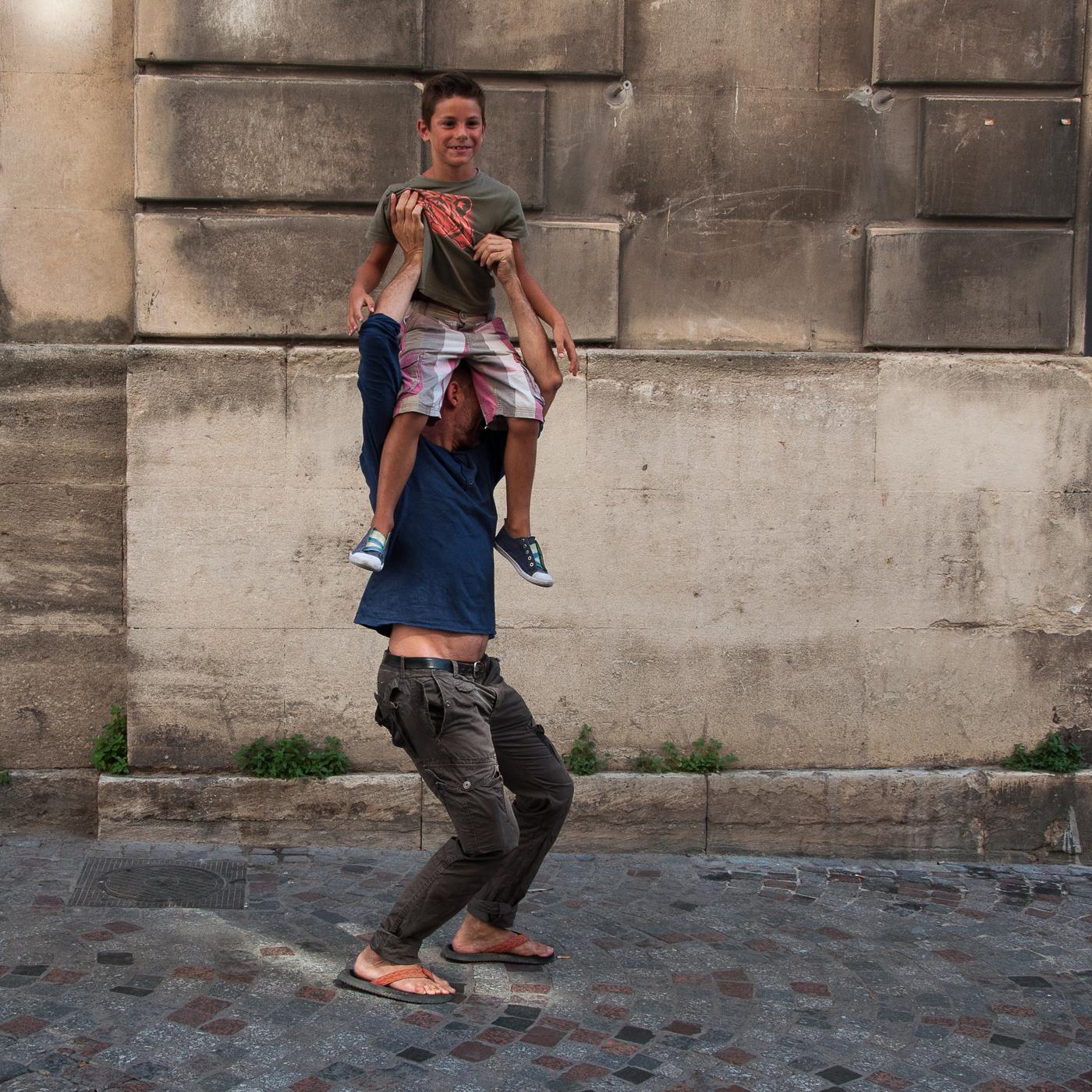Arles_2015_-_Assis_sur_la_tête