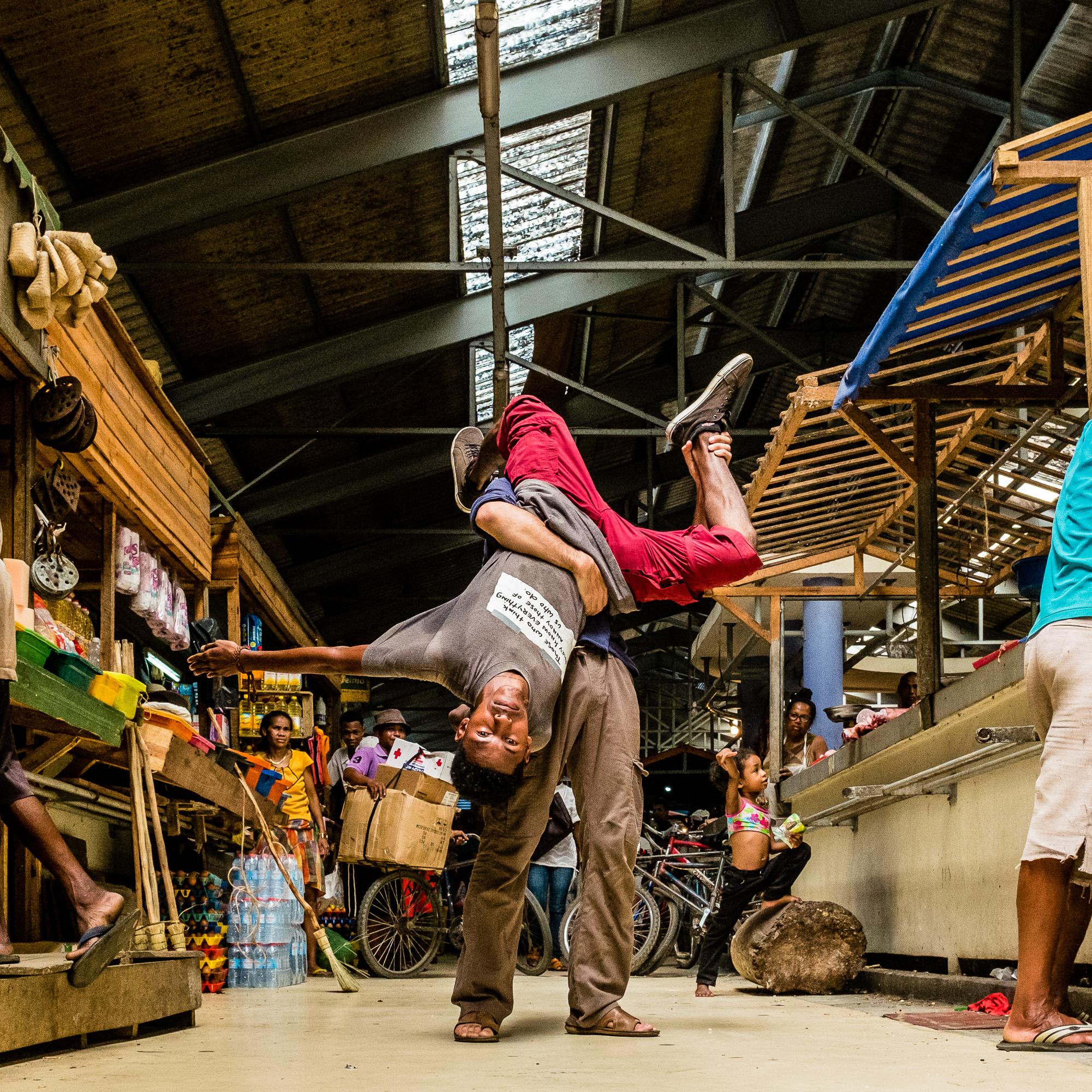 Tamatave_marché_-_Pantalon_rouge