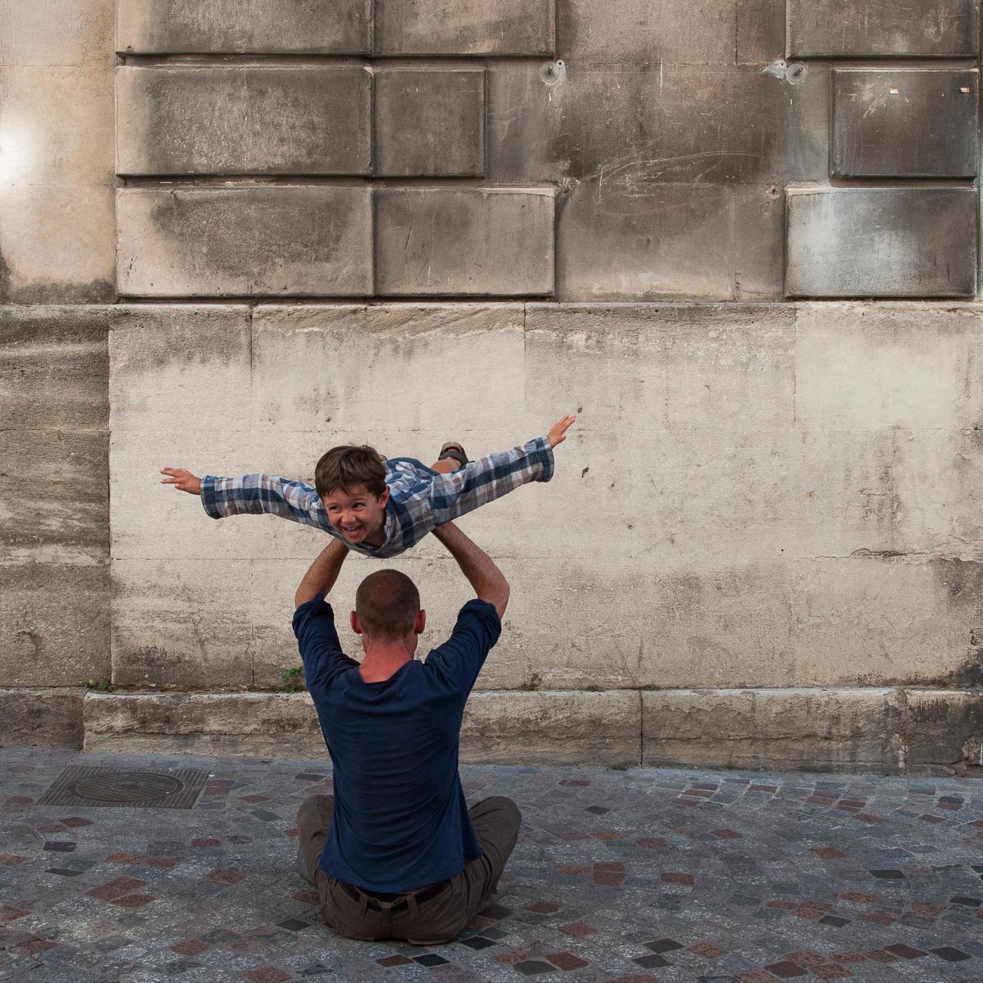 Arles_2015_-_Avion_par_dessus_tête