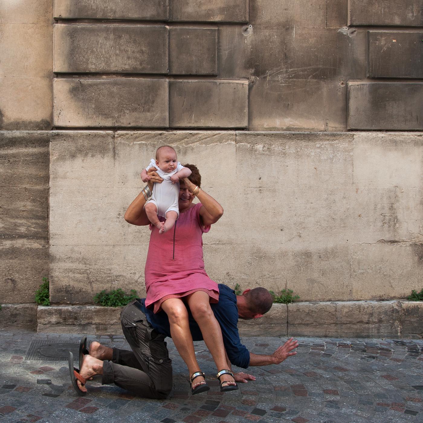 Arles_2015_-_Double_portage_de_bébé