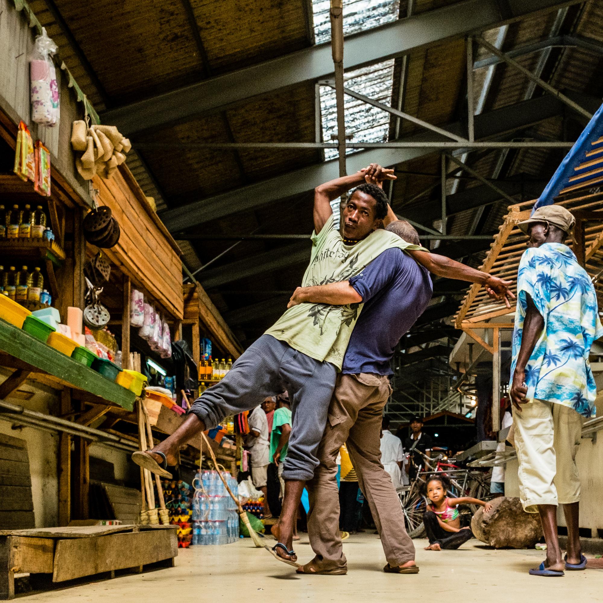 Tamatave_marché_-_Chemise_à_palmiers
