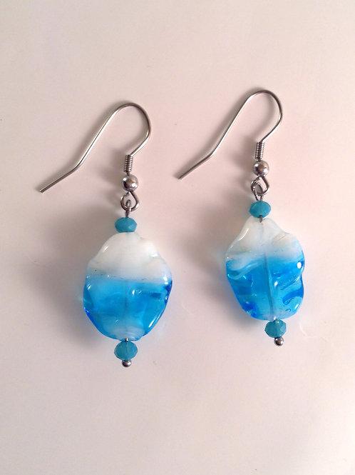 """Boucles d'oreilles verre artisanal """"feuille"""" bleu et blanche"""