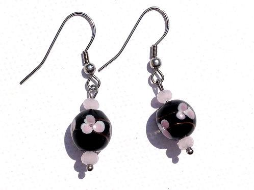 Boucles d'oreilles verre artisanal noire et fleurs rose