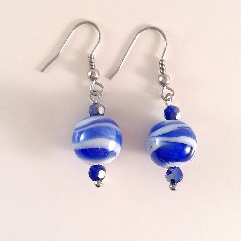 Boucles d'oreilles perles de verre artisanales bleue et blanche