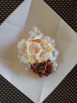 自家製卵と鶏肉バジル炒め