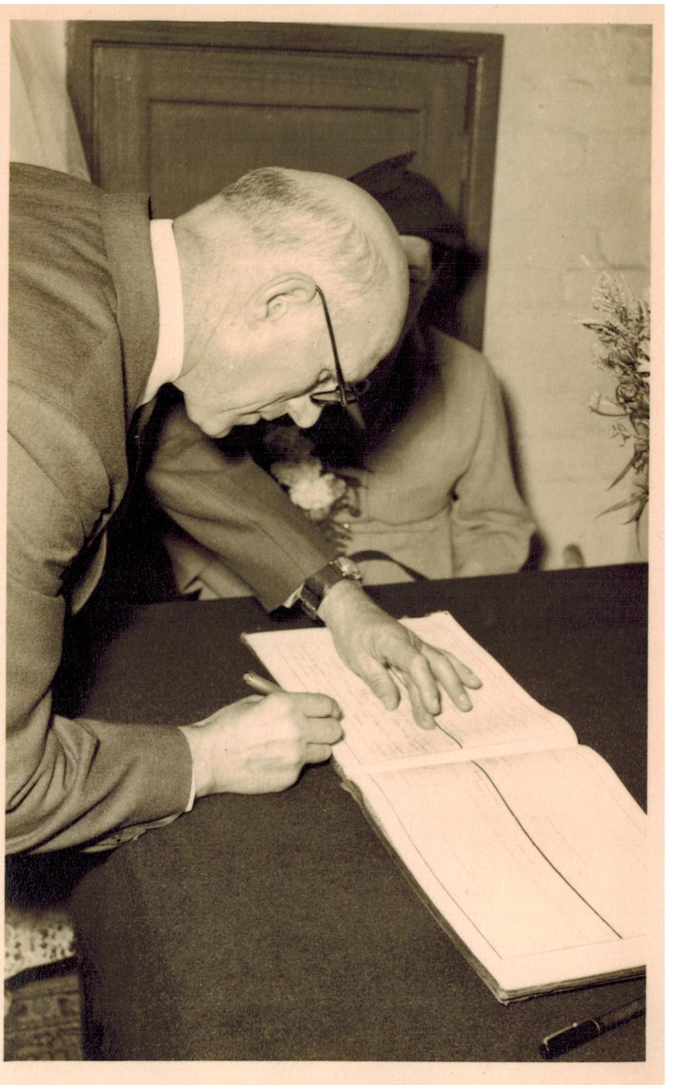 A016_Cliff-Willetts-signing-register