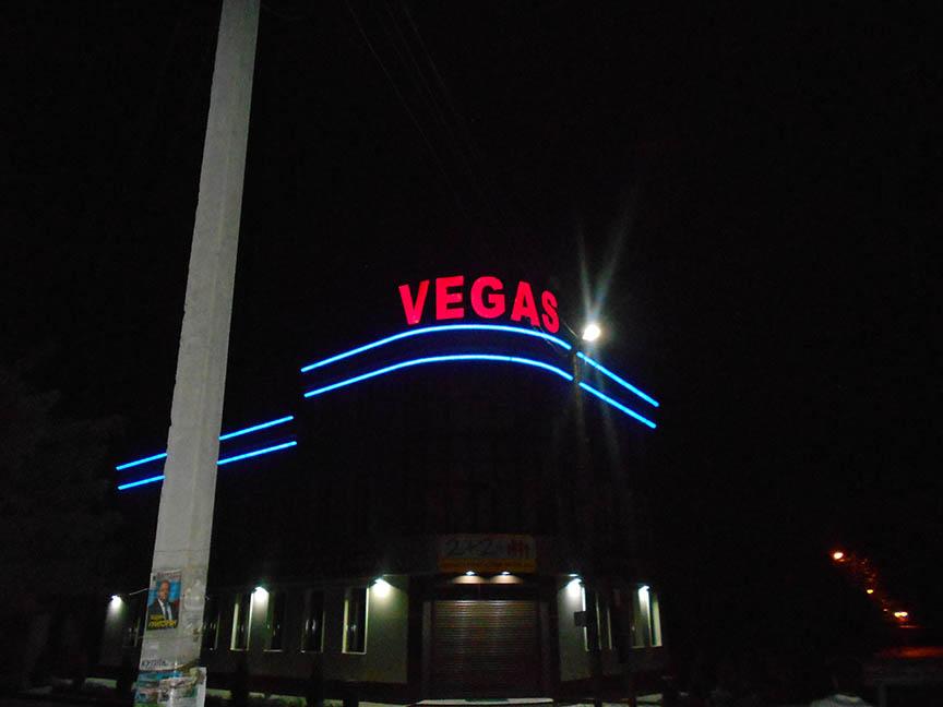 Объемная Вывеска ТЦ Вегас, ночь
