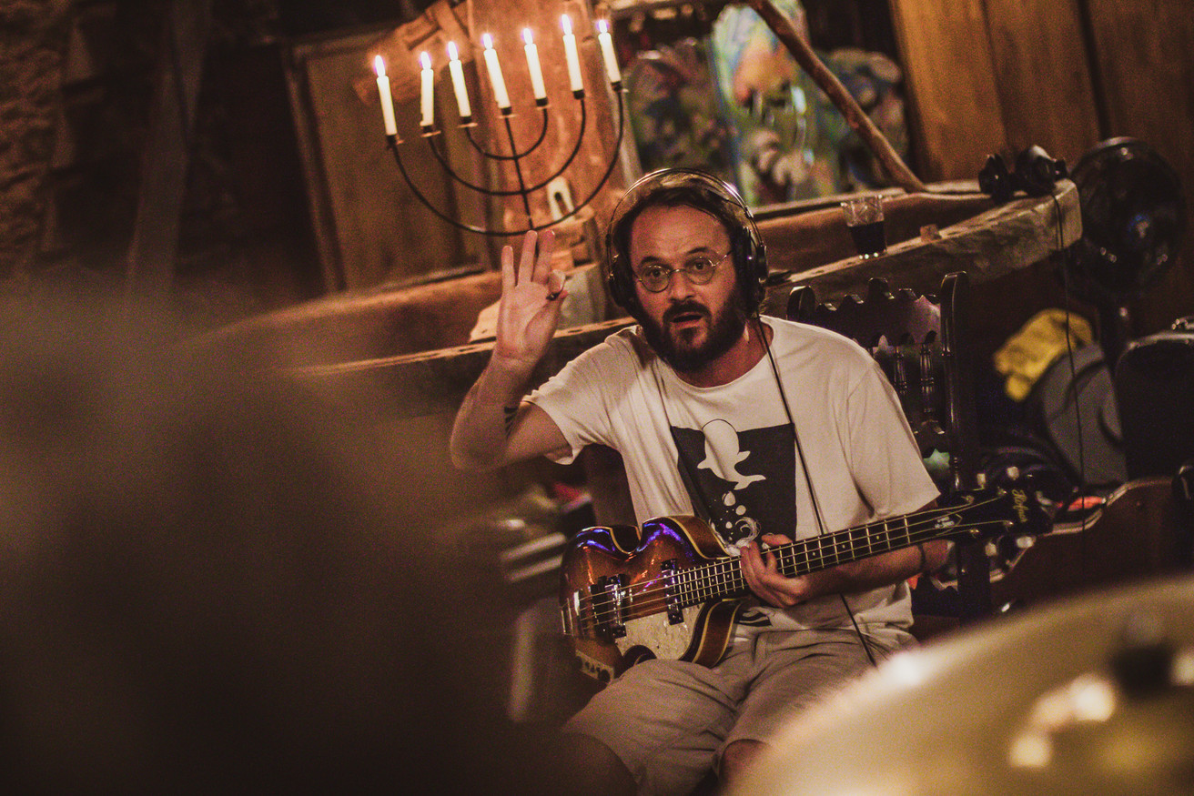 Mayer Soares durante gravação