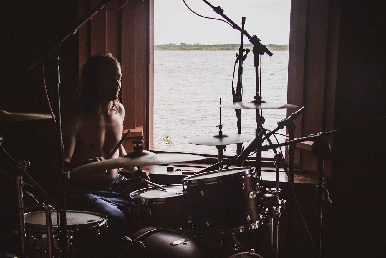 Herique Recidive durante gravação da bateria
