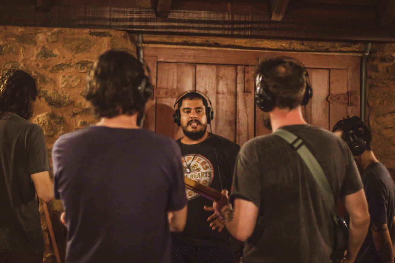 Felippe Pompeo orientando UmQuarto sobre o processo de gravação