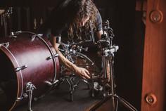 Herique Recidive monta sua bateria, nos preparativos da gravação do disco
