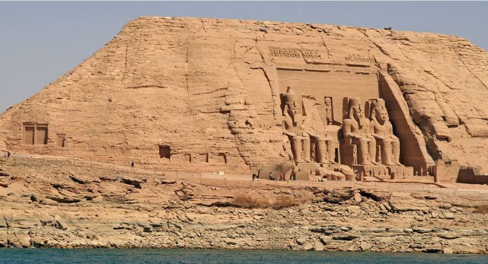 Les Temples d'Abou Simbel vus du Nil