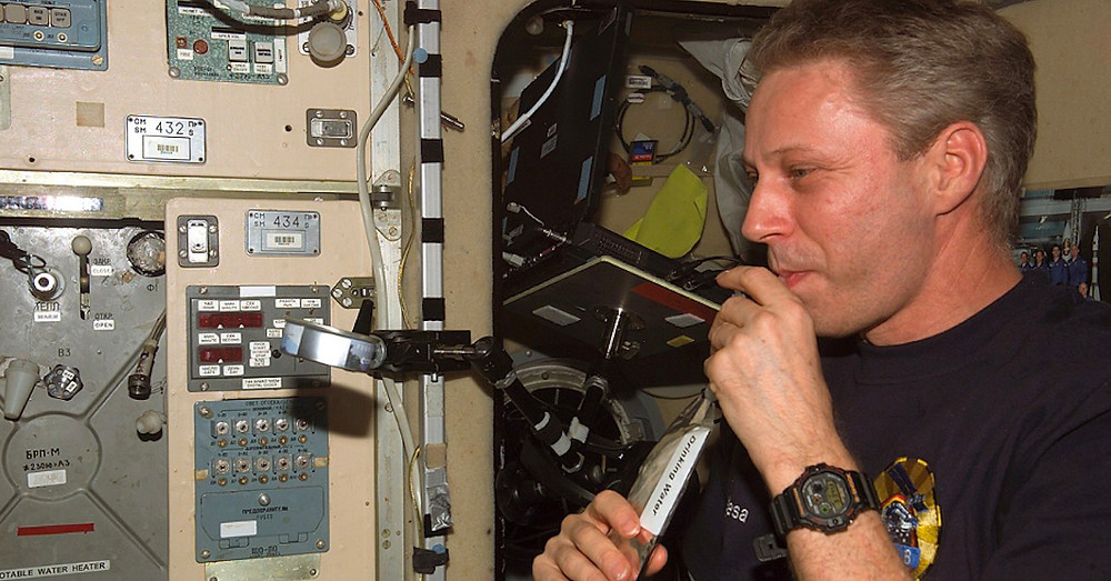 astronauta-Thomas-Reiter-con-un-G-Shock-DW5900-a-bordo-ISS-NASA