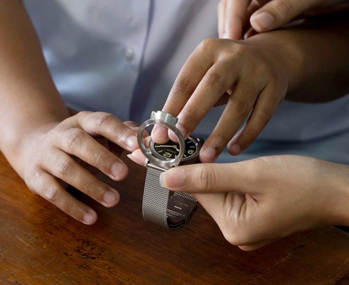 Niños invidentes probando el reloj táctil de Citizen AC2200-55E