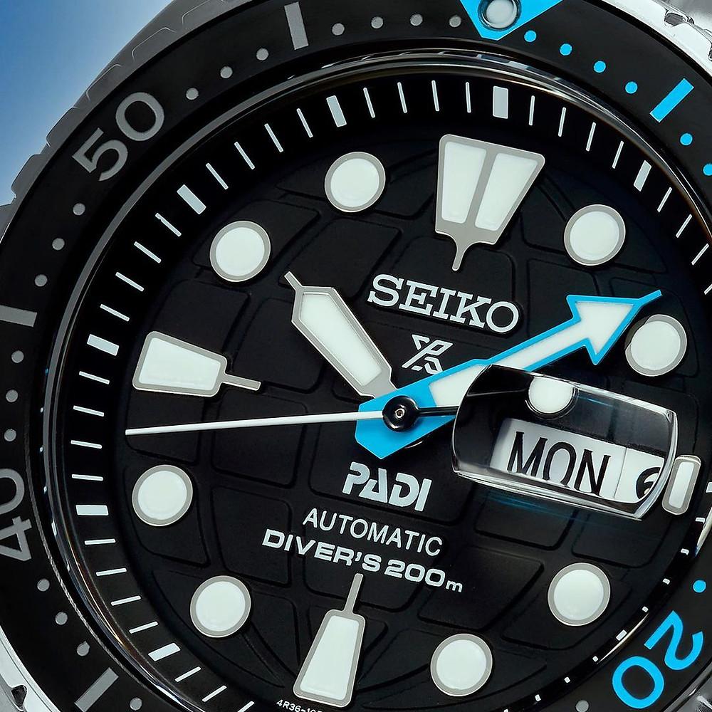 SRPG19K1 detalle esfera padi con marca en relieve cristal zafiro y color azul detalles