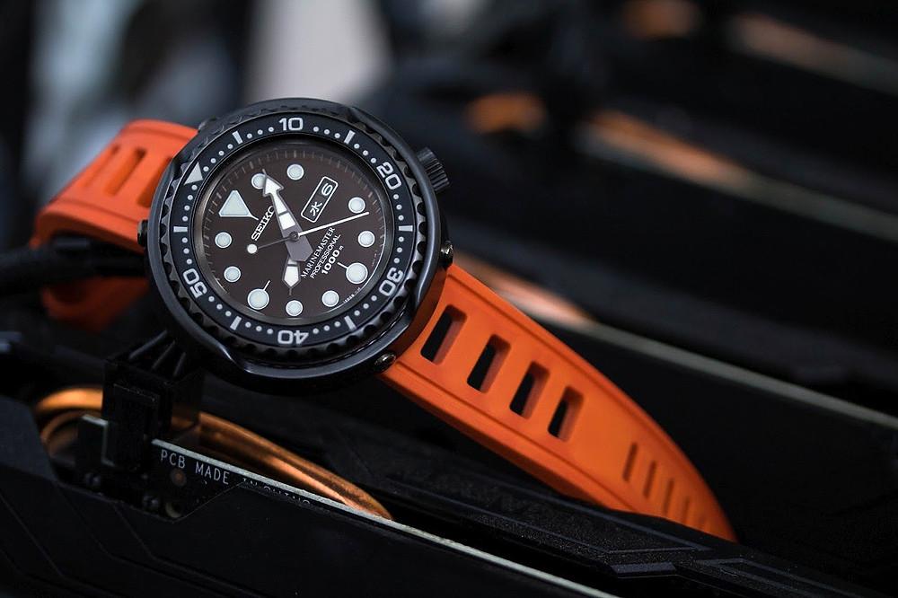 reloj Seiko Dark Tuna 1000m sbbn013 con correa color naranja marca isofrane