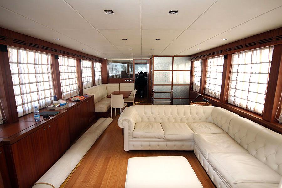 Detalle interior salon embarcacion 22 metros Gamma yachts en venta de segundamano