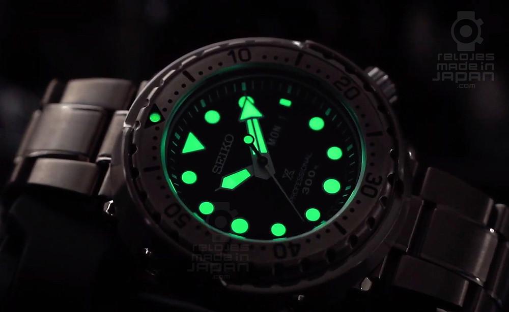 detalle lumibrite reloj diver's tuna seiko prospex S23633J1