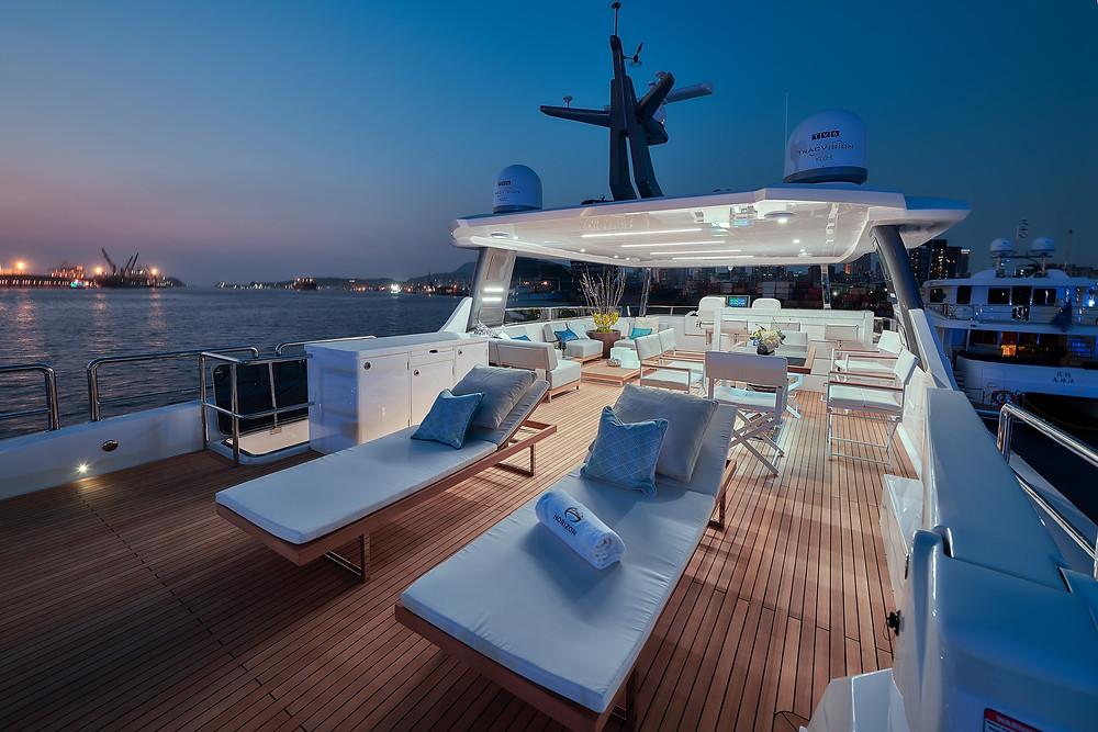 Detalle espacioso flybridge y dinette en el yate 23 metros FD75 de Horizon yacht que tenemos en venta en Sent-Yacht