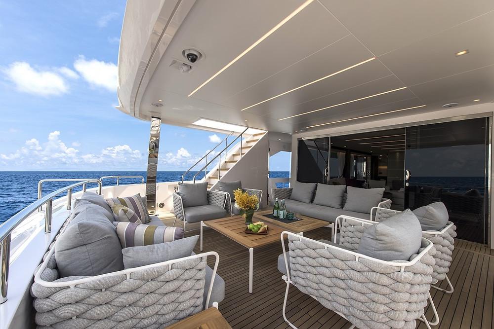 Detalle espaciosa popa en el yate 26 metros de ocasión y milla 0 de Horizon yacht modelo FD85