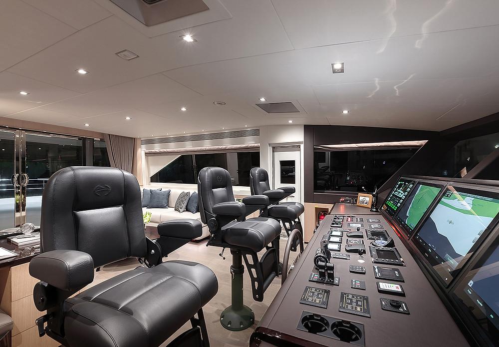 detalle pilothouse timoneria embarcacion 23 metros marca horizon yachts modelo fd75 nuevo