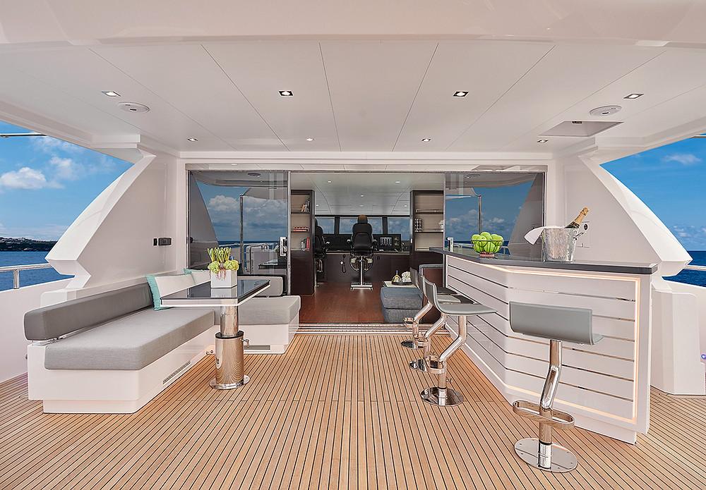Detalle Fly y timoneria barco Horizon yacht FD90 27 metros 2022 en venta