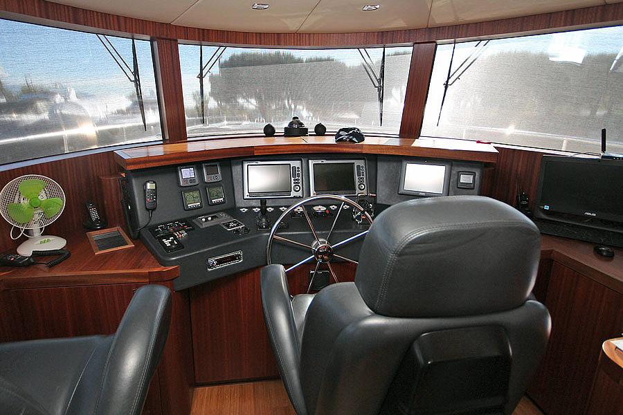 detalle pilothouse timoneria barco 22 metros modelo Gamma 20 de ocasión disponible en Sent-yacht