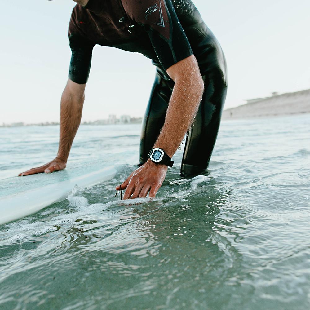 foto reloj surfer gbx100 Casio G-Shock en accion