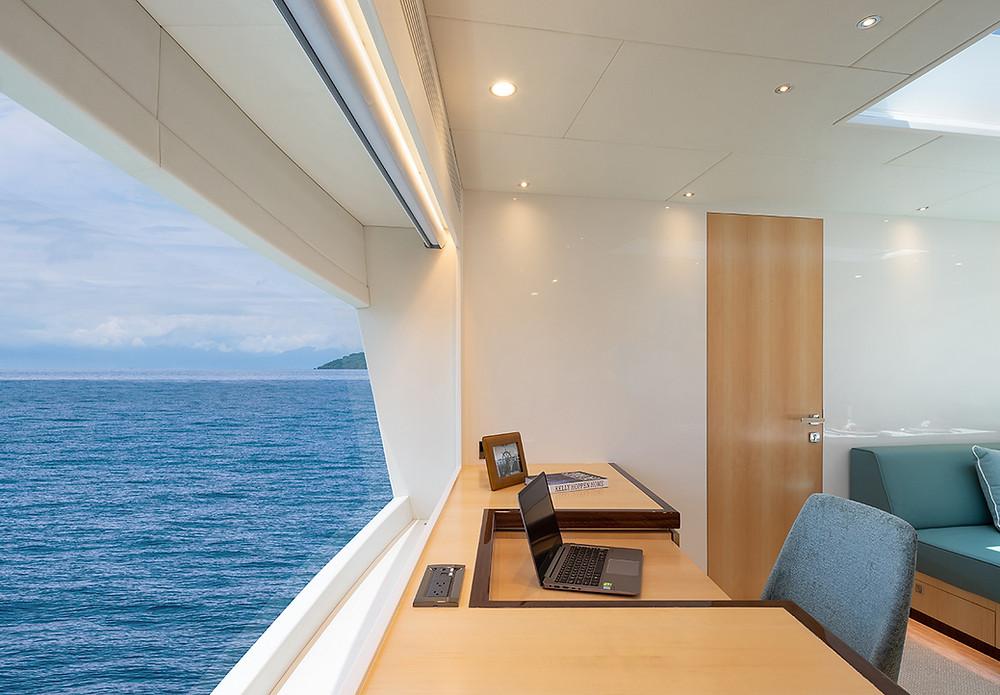 El yate Horizon FD90 cuenta con grandes ventanas para una experiencia sublime