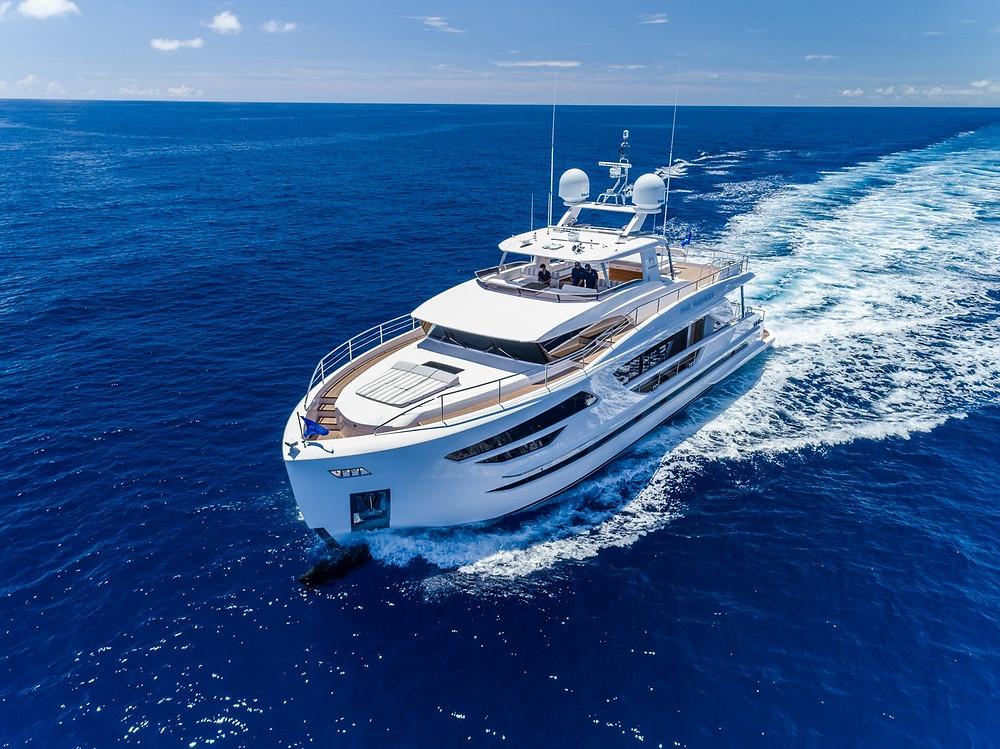 Vista proa embarcación Horizon yacht FD85 en acción