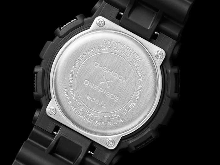 Detalle logo One Piece en tapa de fondo reloj G-Shock modelo GA-110JOP-1A4