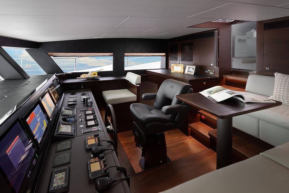 detalle pilothouse timoneria embarcacion 26 metros marca horizon yachts modelo fd85 nuevo
