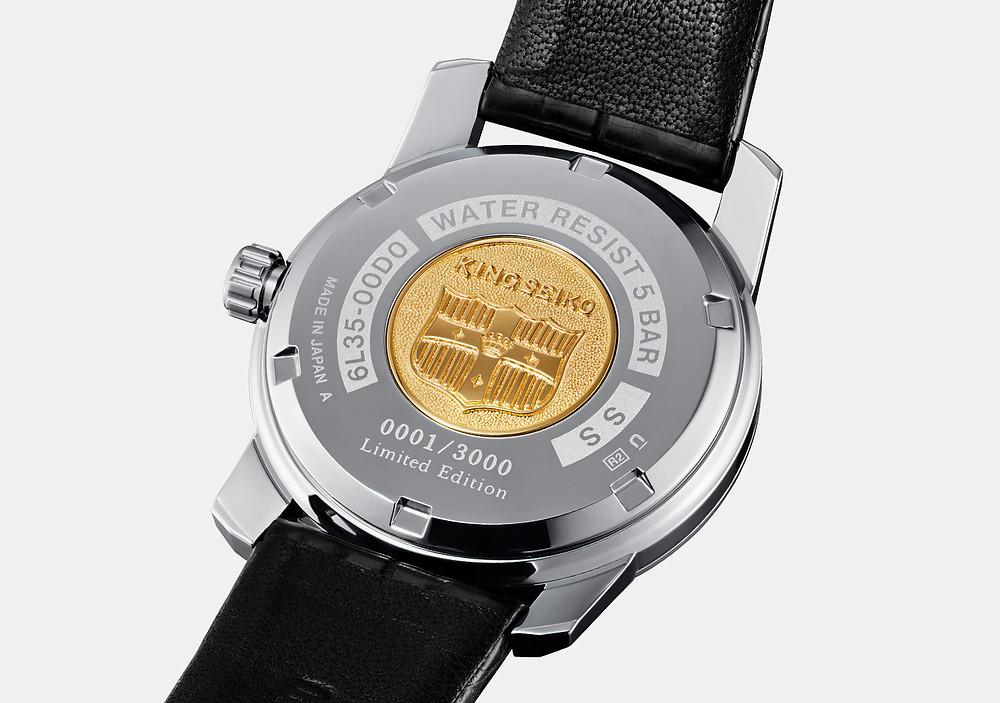 detalle emblema king seiko aplicado fondo caja reloj SJE083