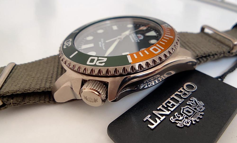 detalle corona y bisel del reloj Orient 147-ra-ac0k04e10b