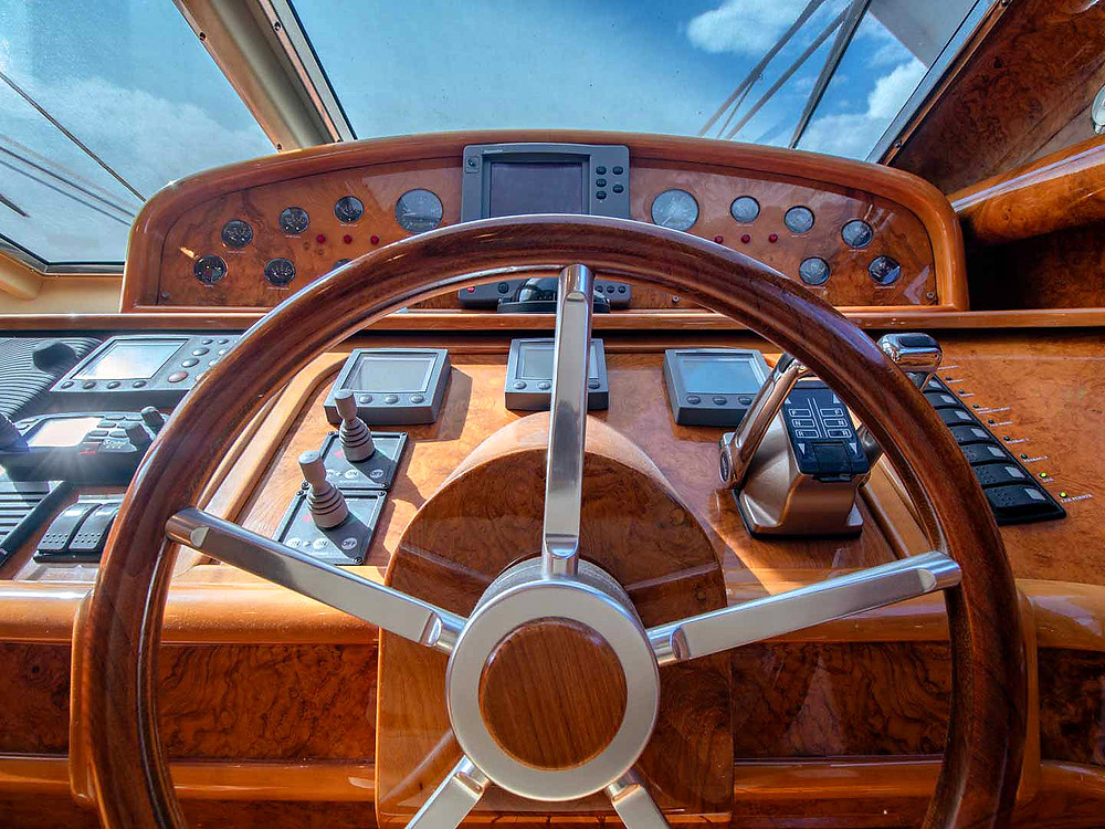 Detalle timoneria embarcacion yate Astondoa 72GLX 2003