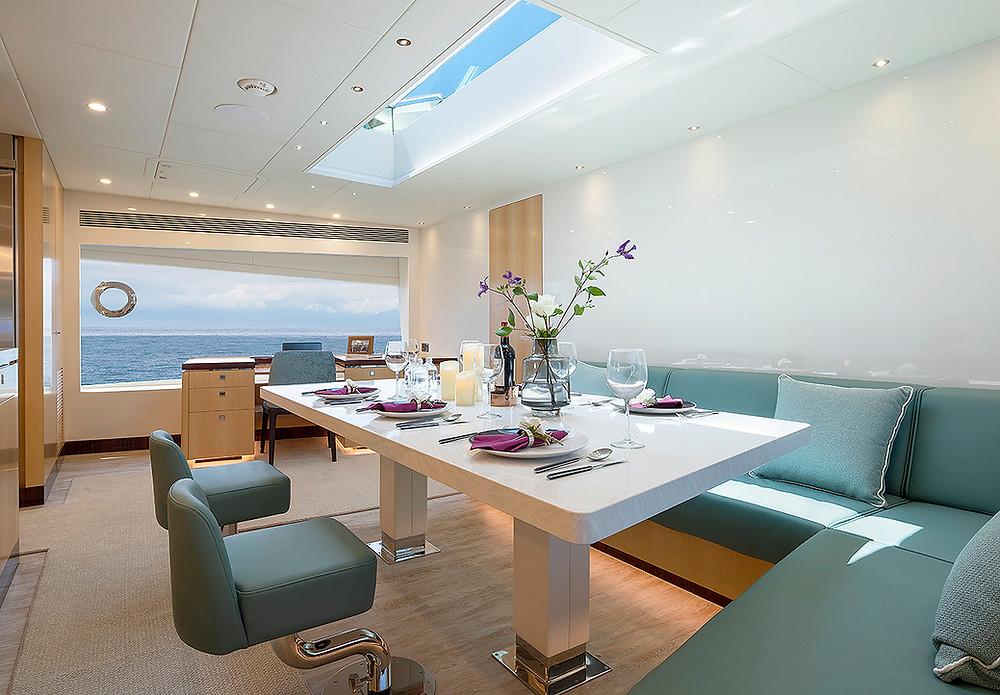 Detalle interior y salon yate 23m horizon yachts FD75 en venta