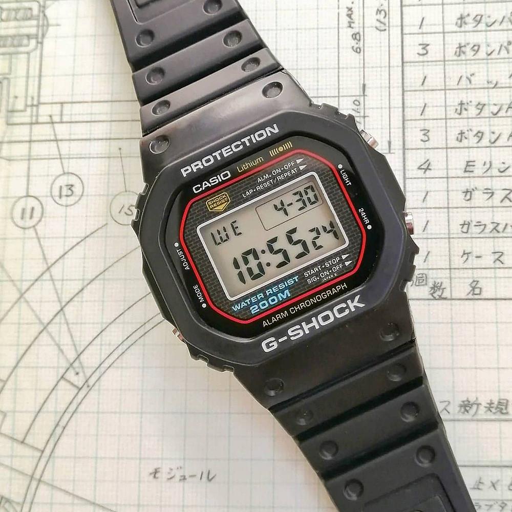 detalle reloj iconico casio gshock DW-5000-C de 1983