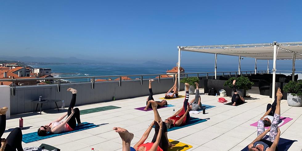 Cours de Pilates flow sur la terrasse du Radisson
