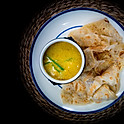 Roti canai (Indiase pannenkoek met curry ) / Indian pancake with curry / 印度煎薄餅