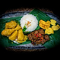 Beef Rendang, Kip/Aardappel en groenten in Curry saus met witte rijst / Beef Rendang, Chicken / Potato and veg. in Curry Sauce with White Rice / 馬來香蕉葉咖哩餐