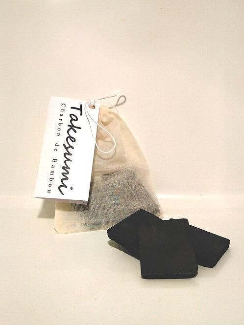 blocs de charbon de bambou takesumi dans un sachet en coton 100% naturel