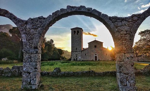 abbazia castel san vincenzo.jpg