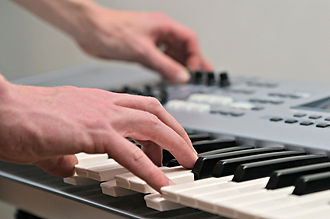 playing-keyboard-1423813-1280x850.jpg