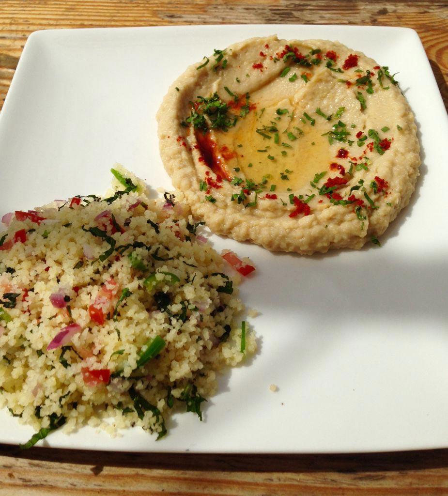 Cous Cous e Hummus, due preparazioni tipiche della cucina mediorientale, abbinamento cibo vino Wine Terroir Importazione Distribuzione Vino