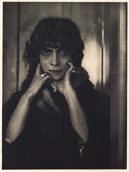 Black and white photograph of Luisa Marchesa Casati by Adolph De Meyer